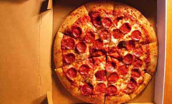 Manger des pizza à la pizzeria et nutrition