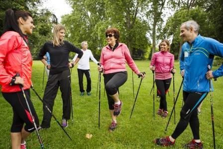 La marche nordique : un sport facile pour garder la forme physique!
